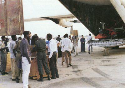 Εκφόρτωση του αεροσκάφους στο αεροδρόμιο του Λουμπουμπάσι του Κονγκό