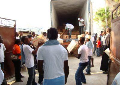 Εκφόρτωση της ανθρωπιστικής βοήθειας στο Πέτιονβιλ της Αϊτής