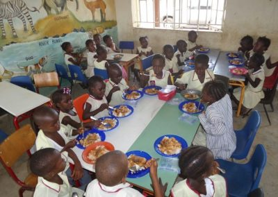 Οι μαθητές των σχολείων της Σιέρρα Λεόνε κατά τη διάρκεια γεύματος
