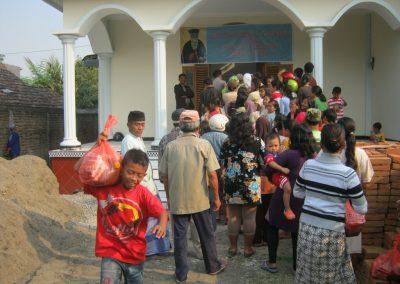Διανομή τροφίμων στο Μοτζοκέρτο της Ανατολ. Ιάβας της Ινδονησίας