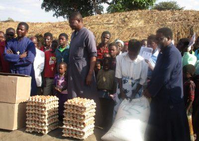 Διανομή τροφίμων στο χωριό Μουλίνγκα στη Ζόμπα του Μαλάουι