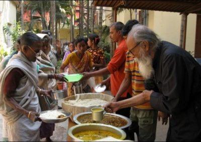Συσσίτιο για τους ενδεείς στην Καλκούτα των Ινδιών