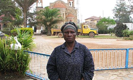 Η Μάμα Μαρία Kapemba «Είδε τον παπα-Κοσμά να τον σηκώνει με τα χέρια του…».