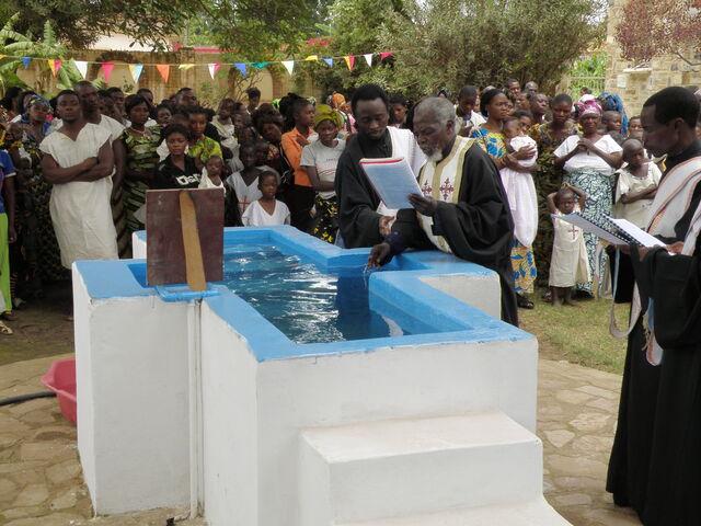 Ο π. Λάζαρος αγιάζει το νερό πριν τις βαπτίσεις.
