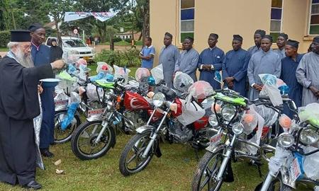 Αγορά μοτοσυκλετών για τους Ιερείς της Μπουκόμπα στην Τανζανία